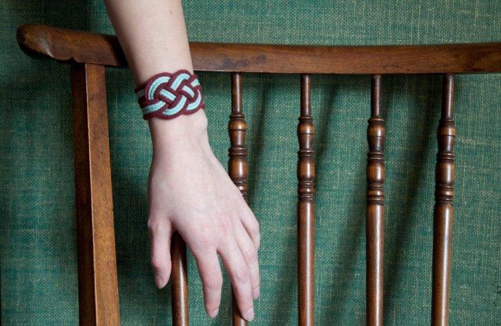 Le bracelet manchette Olivia au poignet de Valentina - Photo ©Mathilde Girault